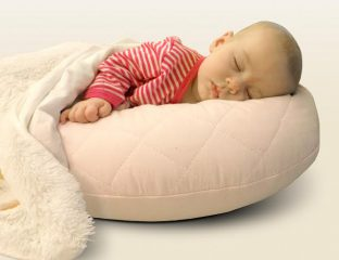 bebê deitado na almofada de amamentação