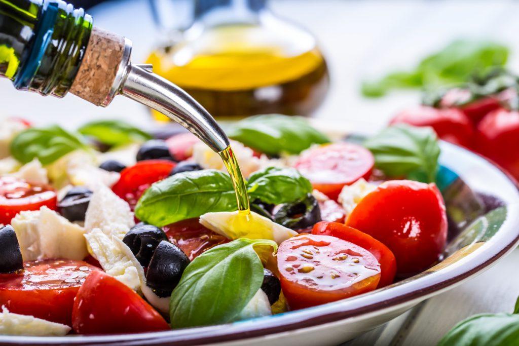 Dieta da Fertilidade: prato de salada com azeite