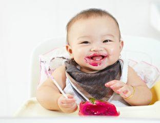 bebê se alimentando pelo método BLW