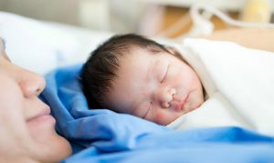mulher e bebe no pos-parto