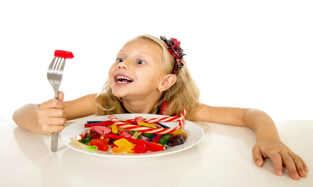 criança ingerindo açúcar