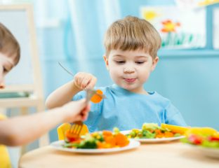 crianças comendo alimentos saudáveis
