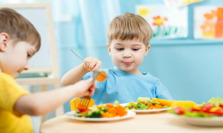 Resultado de imagem para crianças comendo