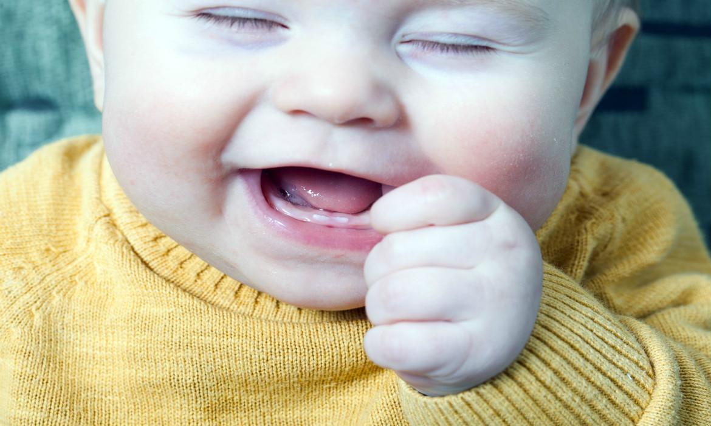 o nascimento dos primeiros dentes do bebê