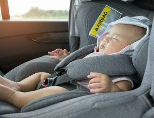 Bebê recém-nascido sentado no bebê-conforto