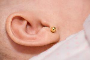 furar a orelhinha - brinco de bolinha na orelinha