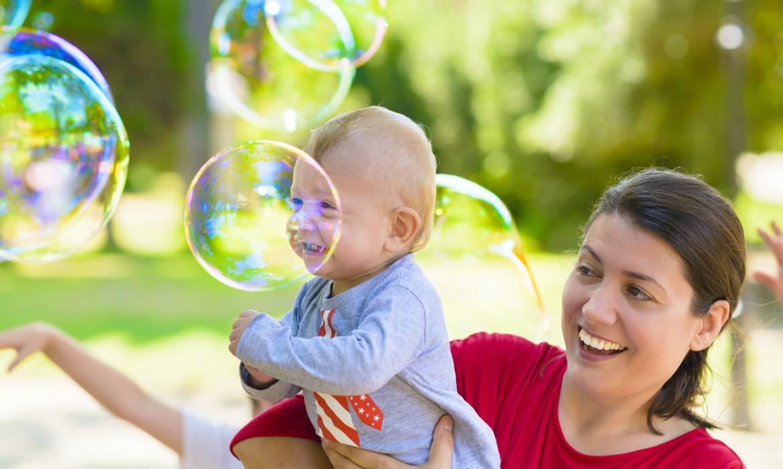 Atividades para bebês: bolas de sabão