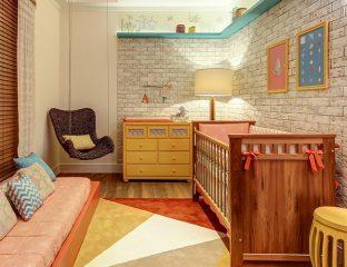quarto de bebê com madeira
