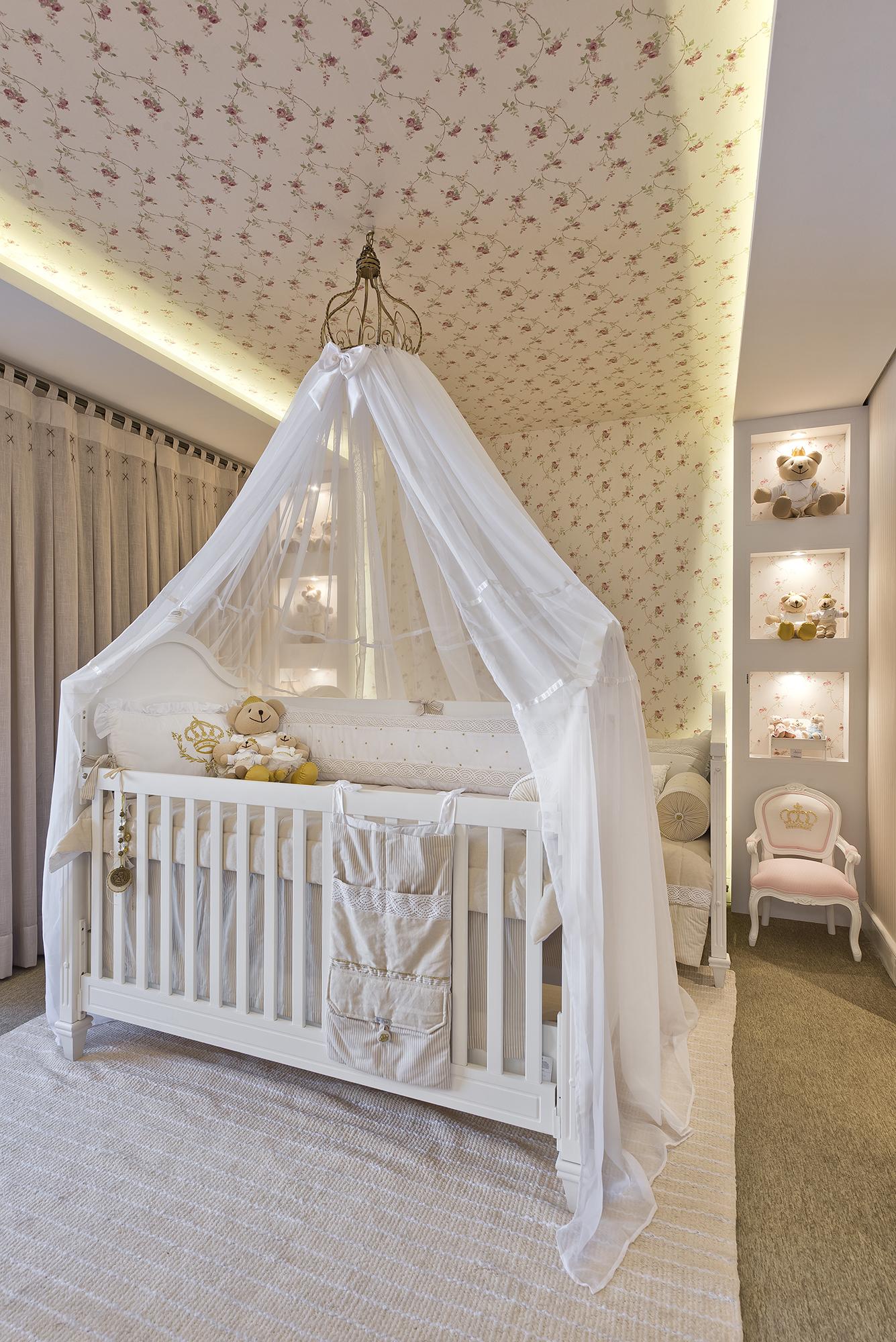 quarto de bebê com dossel