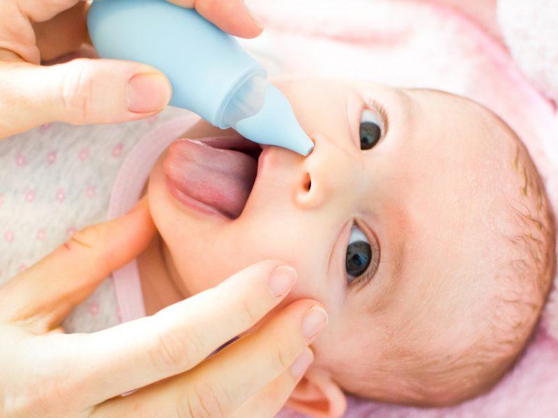 como lavar o nariz do bebê