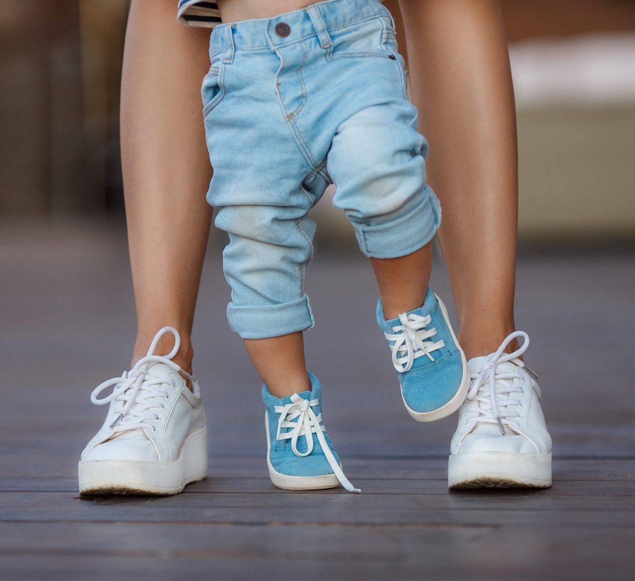 bebê anda na ponta dos pés