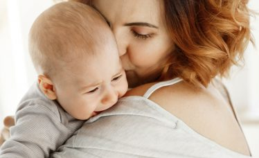 como fazer o bebê arrotar