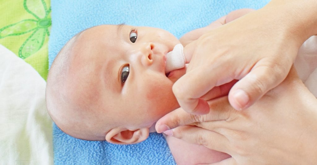 como escovar os dentes do bebê