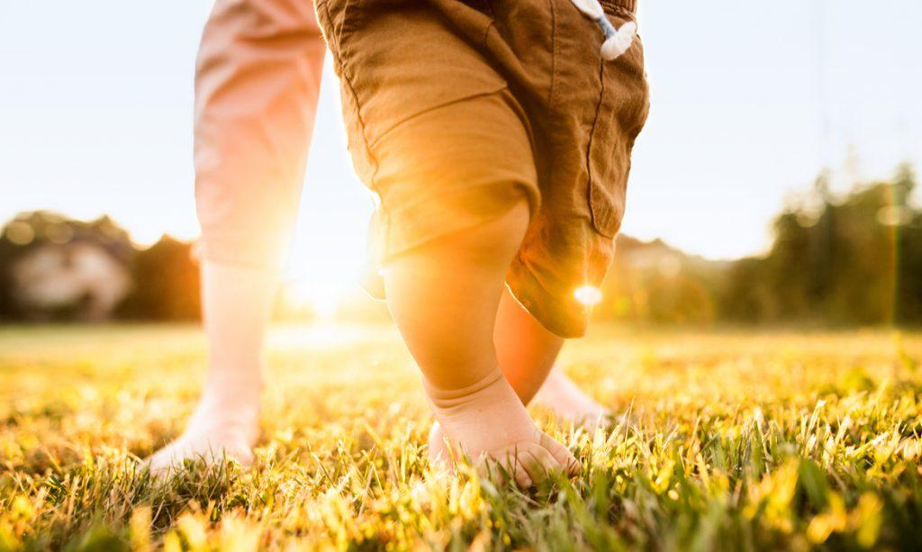 deixar o bebê andar descalço